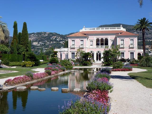 Aperçu de la villa Ephrussi de Rothschild et de son jardin.